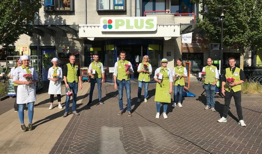 Rozen voor de 'helden' van PLUS Verbeeten in Vierlingsbeek.