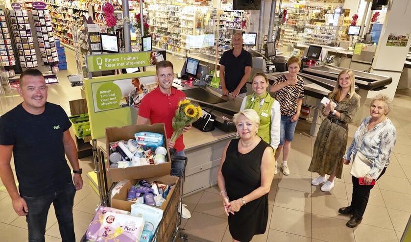 Niels Swinkels ontving als dank een bos zonnebloemen van de voedselbank.