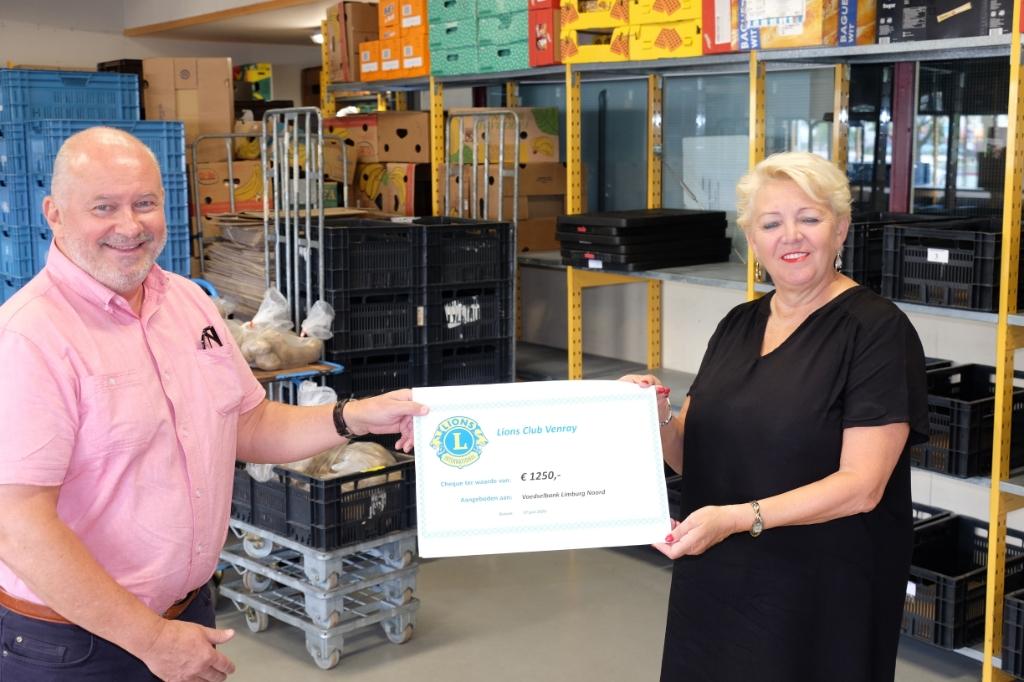 Cheque voor Voedselbank Limburg-Noord. Foto: Persfoto © Peel en Maas Venray