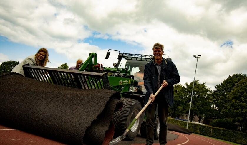 De wethouder Anne Thielen en Jan Loonen zetten maandag de renovatie van de atletiekbaan in gang.