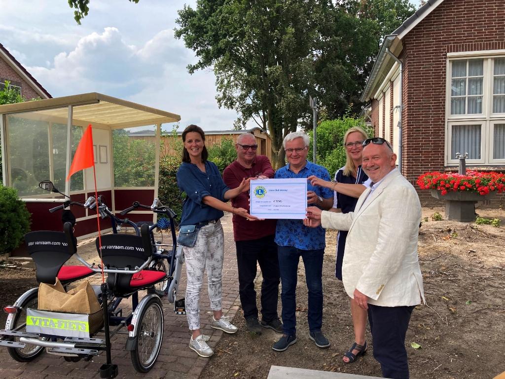 Cheque voor Vitafiets Oirlo/Castenray. Foto: Persfoto © Peel en Maas Venray