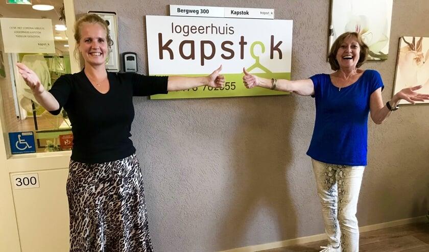 Judith Lemmen (links) en Maria Bouwman van Logeerhuis Kapstok willen hun gasten weer met open armen ontvangen.