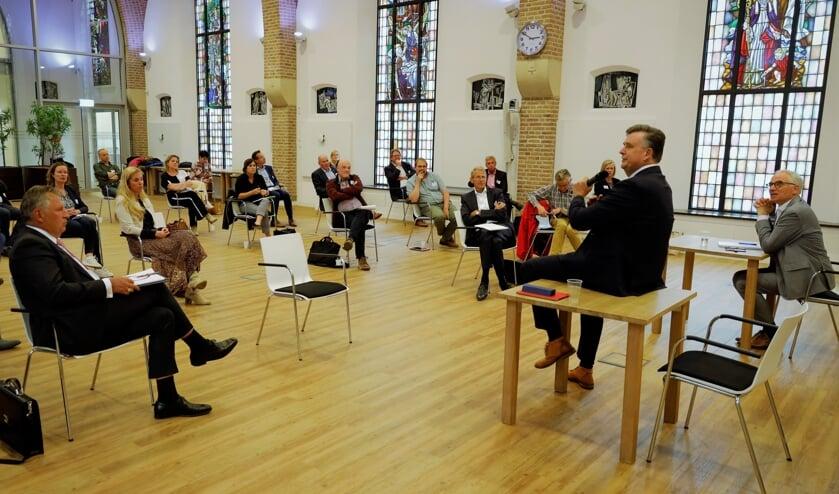 <p>Emile Roemer praat in de Venrayse raadzaal met betrokkenen over werk, huisvesting en vervoer van arbeidsmigranten.</p>