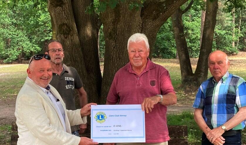 Harrie Linssen overhandigt de cheque aan de vrijwilligers van 't Speelvlak.