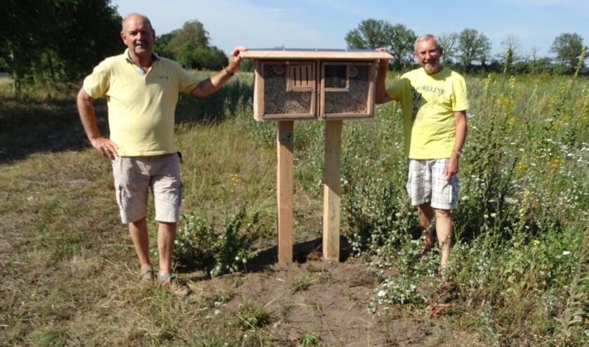 <p><em>Ties Dinghs (l.) en Jan Strijbos bij het nieuwe insectenhotel aan de Diepeling. Foto Rob Havenith. </em></p>