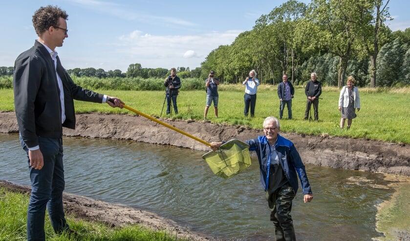 De start van herinrichtingsproject Loobeek gemarkeerd, met een gepaste 1,5-meter handdruk.