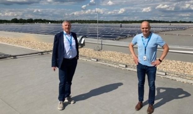 Wethouder Peperzak met Marcel Orth op het dak van Arvato