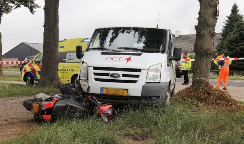 Scooterrijder gewond bij botsing met personenbus.