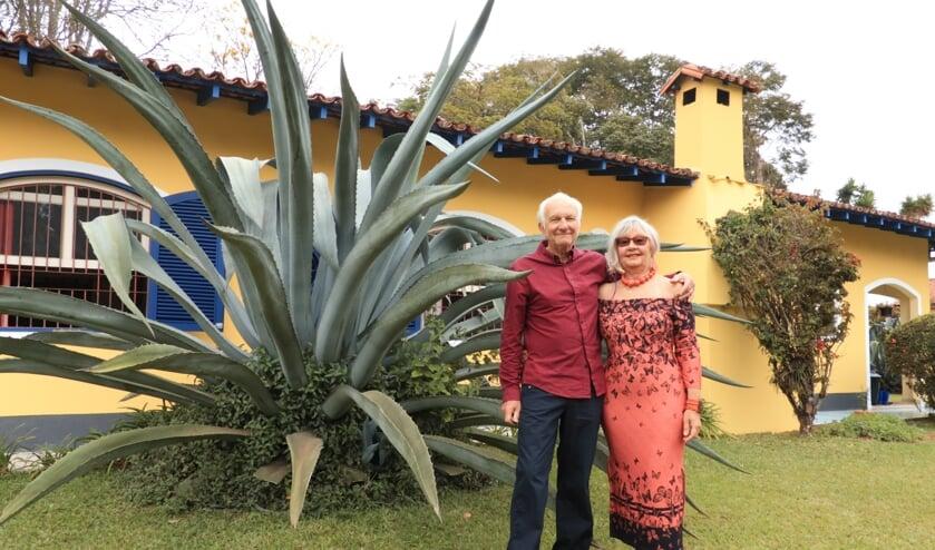 <p>&Aacute;rp&aacute;d Cser&eacute;p met zijn vrouw Renate in hun tuin in Cunha.</p>