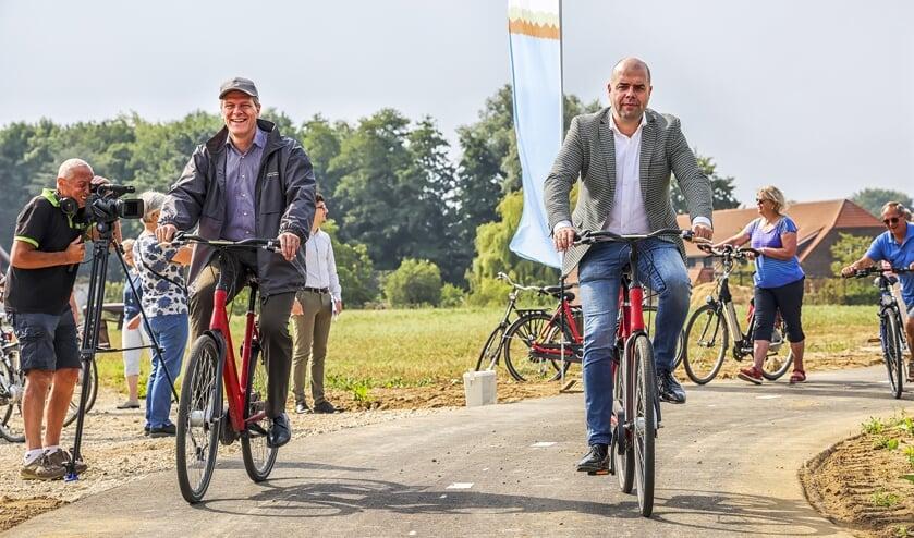 <p><strong>De wethouders Jan Loonen en Rudy Tegels openden zaterdag de nieuwe fietsroute.&nbsp;</strong></p>