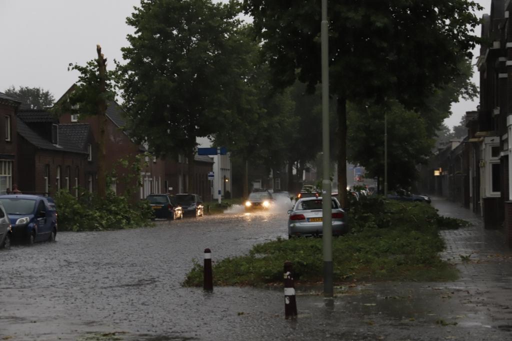 <p>Het verkeer ondervond grote overlast van al het water.</p> <p>Foto: SK-Media</p> © Peel en Maas Venray