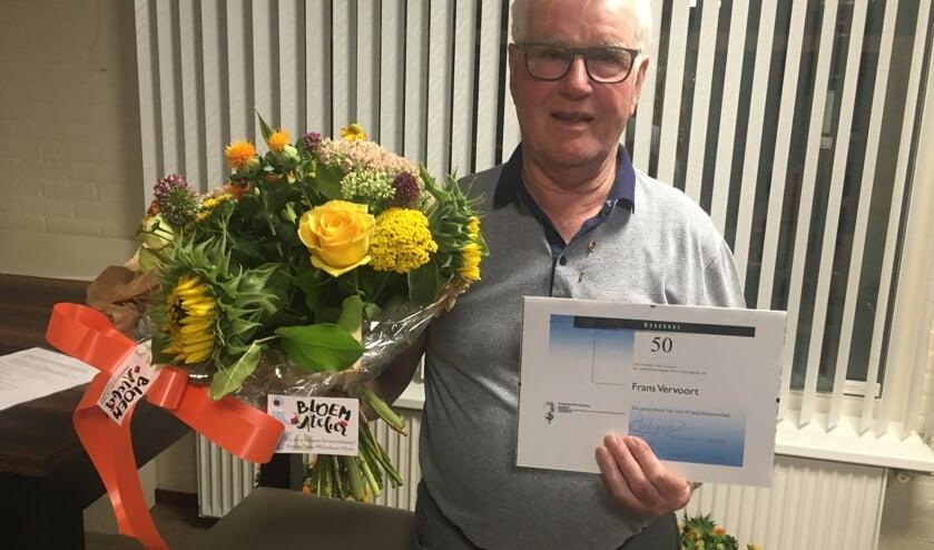 Jubilaris Frans Vervoort werd in de bloemetjes gezet.