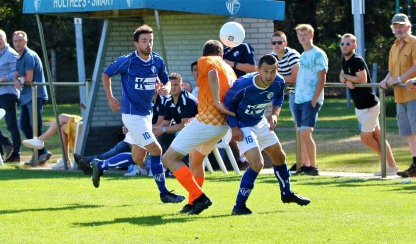 Boy Janssen (16) is de bal even kwijt, Ken Weijenberg (10) kijkt toe.