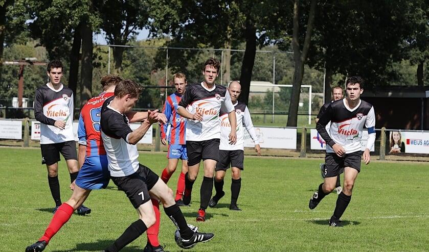 <p>Paul Jeurissen vecht een duel uit. Drie Ysselsteyn-spelers kijken toe. </p>