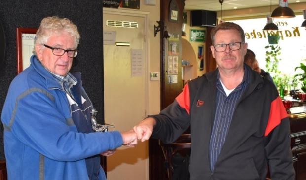 Jan Willems (links) feliciteert Gerrie Litjens met het winnen van de 50 plus beker open