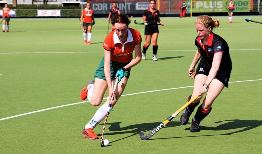 <p>Eva Verschuuren omspeelt een tegenstander.</p>