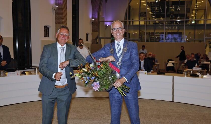 <p>Bloemen en felicitaties van burgemeester Luc Winants voor wethouder Jan Jenneskens. &nbsp;</p>