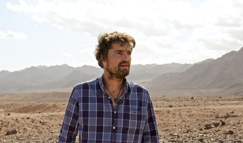 <p>De Meerlose filmmaker Marijn Poels in de Sina&iuml;-woestijn.</p>