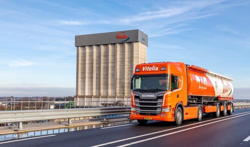 <p><strong><em>De nieuwe Vitelia-bulkwagen met herkenbaar 100-jarig beeldmerk.</em></strong></p>
