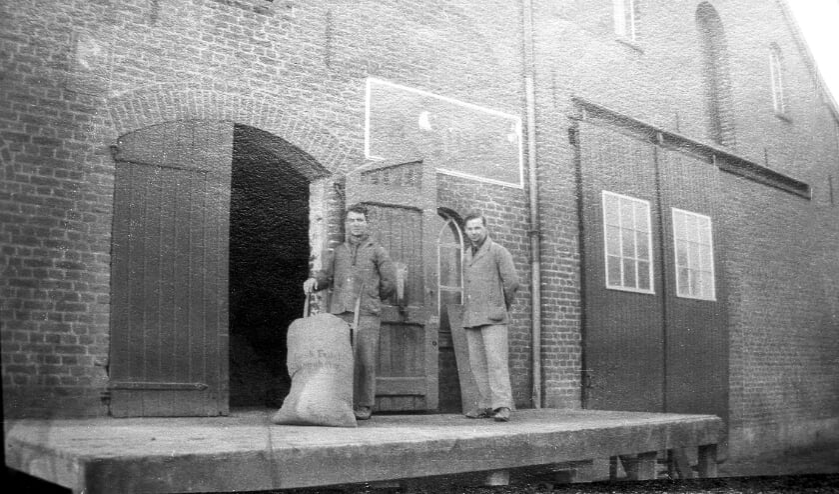 <p>&nbsp;Van Van de Voort&#39;s graanhandel, foto uit 1930.&nbsp;</p>