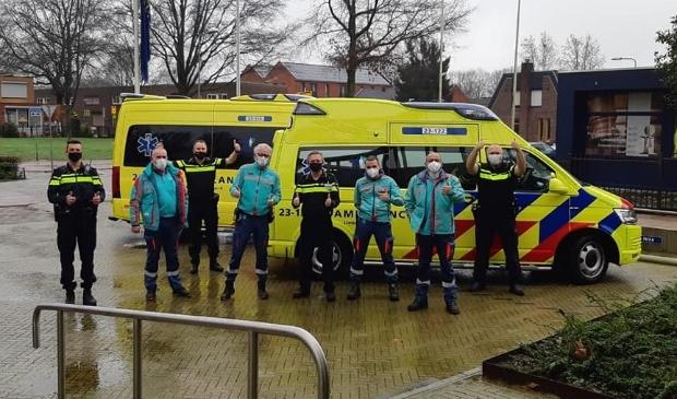 Medewerkers van de ambulance bedanken de politie voor hun steun
