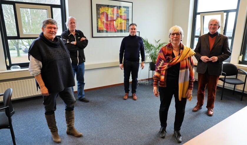 <p>Leonie Siebers, Huub Thijssen, Martin Leenders, Nel Steegh en Mat Vestjens (v.l.n.r.) zetten zich in voor het Toon Hermans Huis.&nbsp;</p>