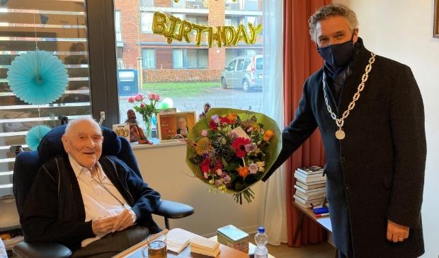 Burgemeester Teunissen bezoekt de 100-jarige pater Van Beek.