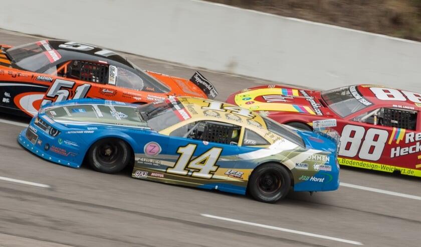 <p>Barry Maessen (blauwe auto) tijdens de race van september 2020 op Raceway Venray.</p>