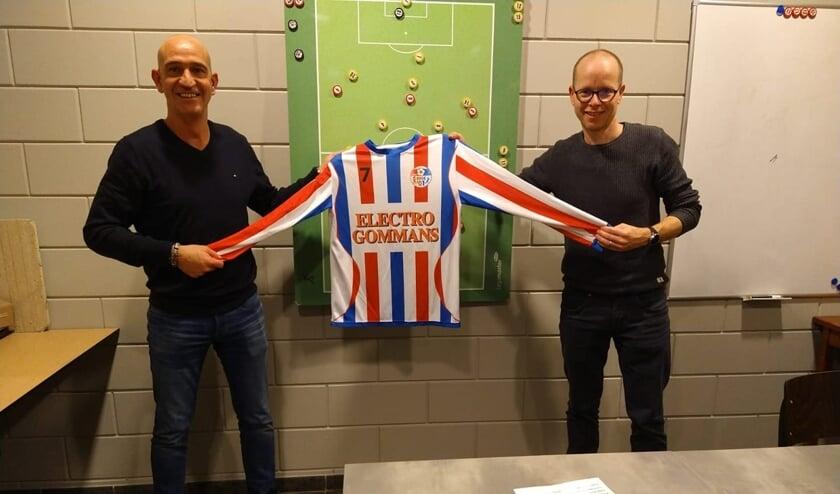 <p>Begin dit jaar poseerde Arno Willems (links) nog trots met het shirt van SVOC'01.</p>