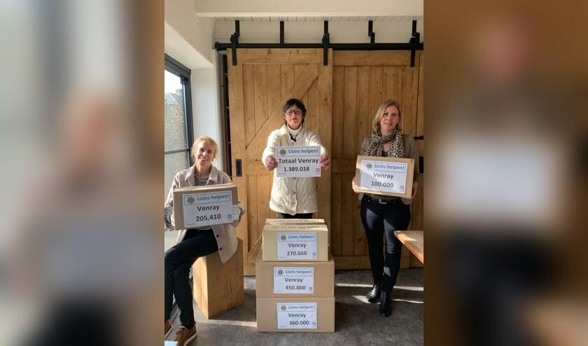 <p>Irma Vissenberg, Anita Bijvoet en Ine Linssen tonen namens Lions Club Venray Peelparel het resultaat.</p>