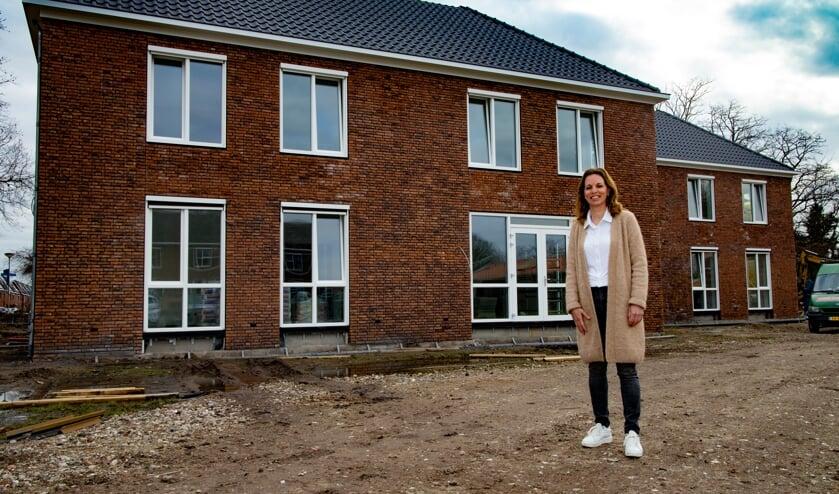 <p>Suzan Jeuken bij het Rooyhuis, de spiksplinternieuwe locatie van Dagelijks Leven, in Venray.</p>