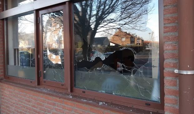 Ingegooide en beschadigde ruiten werk van vandalen