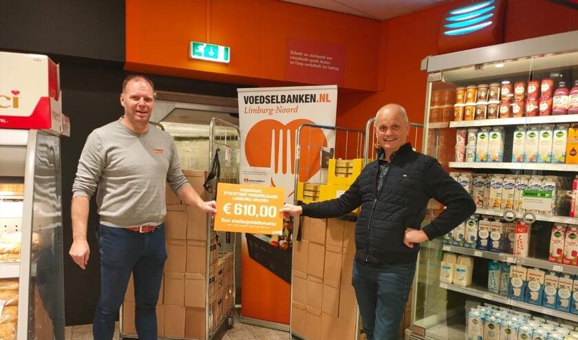 <p>De overhandiging van de cheque aan penningmeester Joep Poels (rechts) van Voedselbank Limburg-Noord.&nbsp;</p>