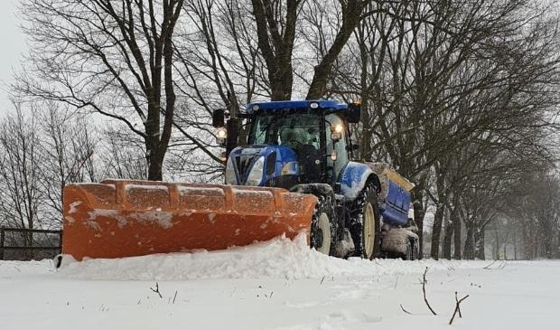 Met veel inspanning wordt er gewerkt om doorgaande wegen sneeuw- en ijsvrij te maken