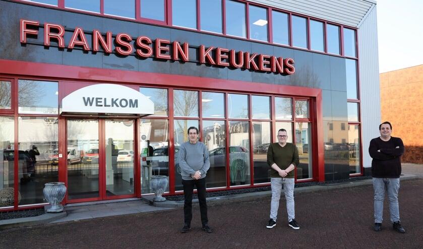 <p>Huub, Jaarno en Giacomo (v.ln.r.) Franssen buiten de keukenspeciaalzaak op industrieterrein Keizersveld in Venray.</p>