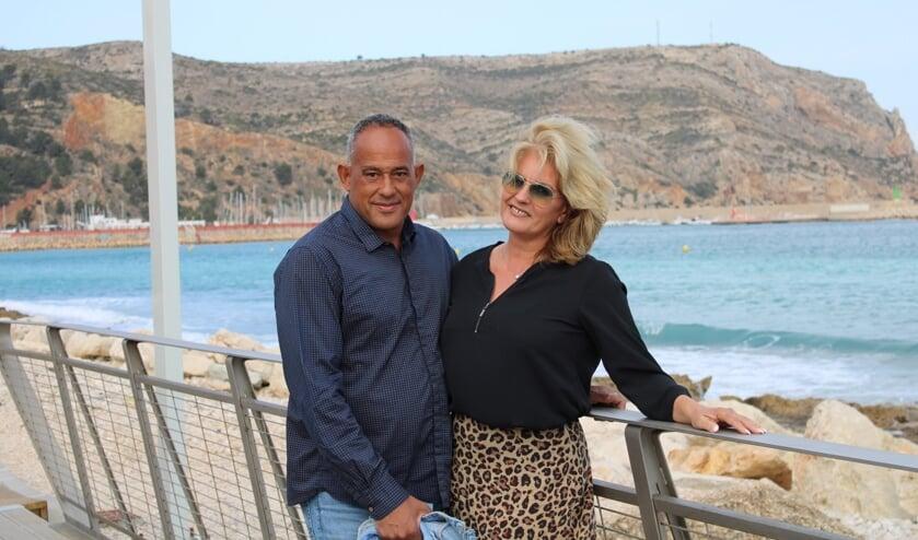 <p>Monique Blom-Koolen met haar man Olaf aan de Costa Blanca.</p>
