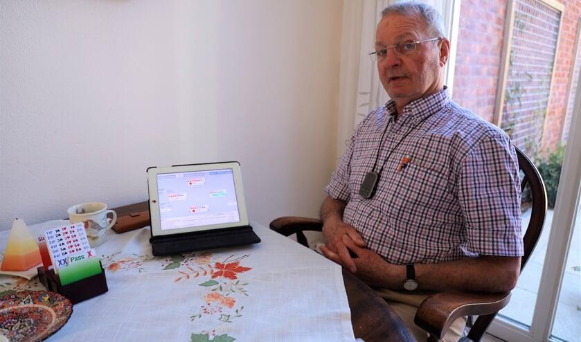 <p>Maarten Houba bridget de laatste maanden online op zijn tablet.</p>