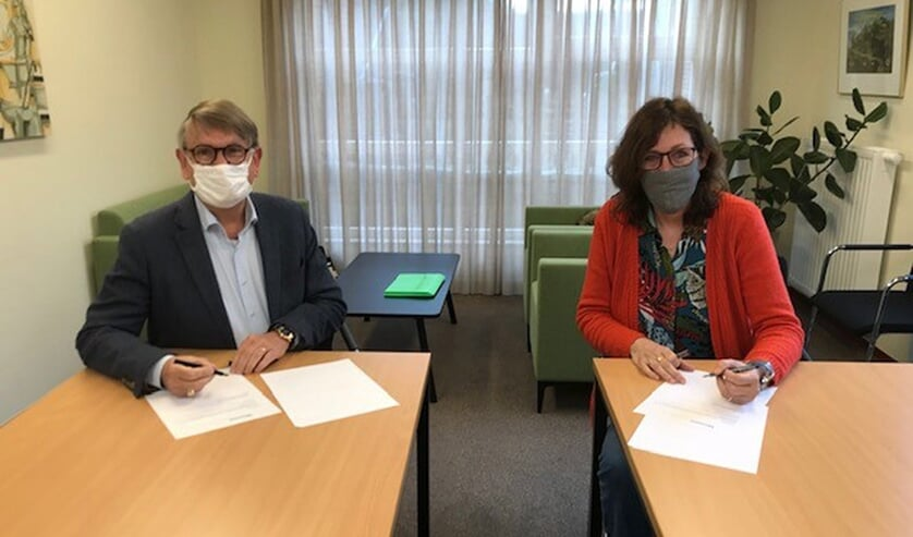 <p>Joke Abbring, nieuwe bestuurder Wonen Vierlingsbeek. Links: Paul Nouwen, voorzitter RvC.</p>