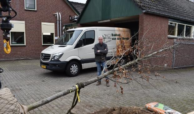 Bakker van den Bergh gelukkig met zijn nieuwe boom