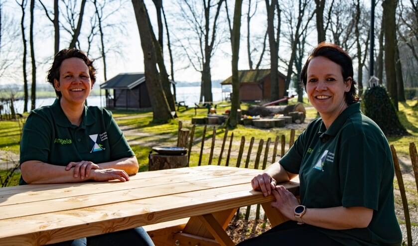 <p>Angela Kleeven (links) en Rian Wijnhoven vinden de eventuele komst van een windmolenpark bij het dorp een slechte zaak voor hun recreatiebedrijven. &nbsp;</p>