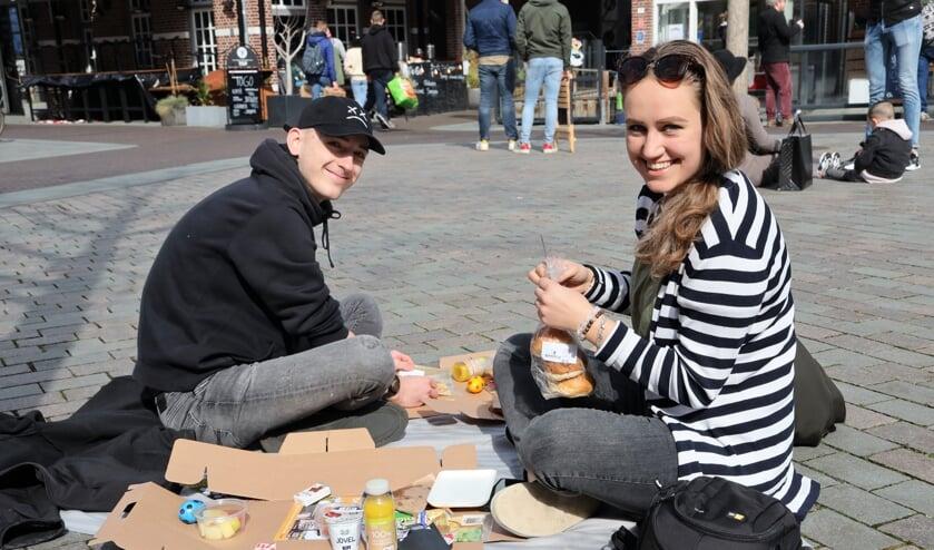 <p>Ook Mirthe en Tim genoten zondag van een heerlijke picknick op de Grote Markt.</p>