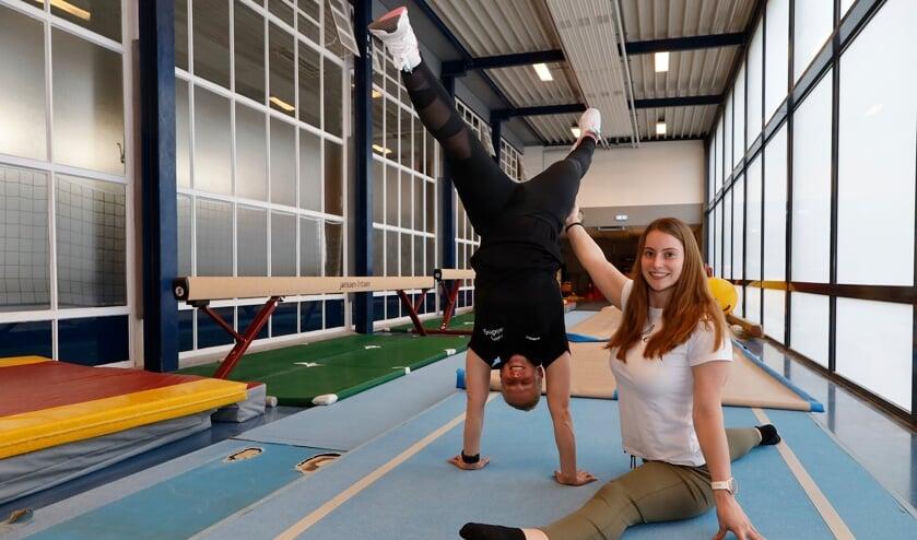 <p>Amy van Broekhoven (rechts) en Jaimy Claessens hopen snel weer te kunnen trainen in de zaal.</p>