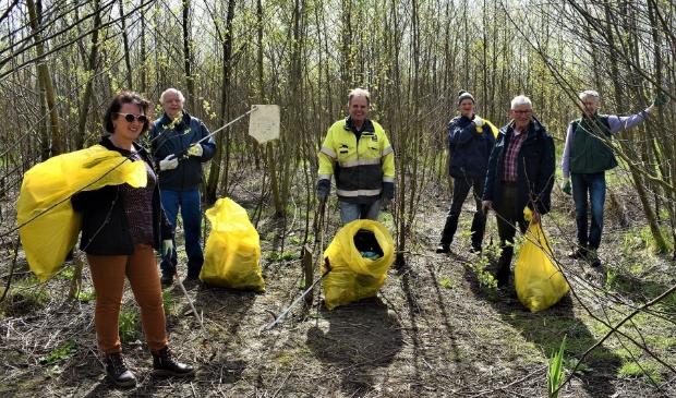 <p>De vrijwilligers uit Afferden met zakken vol verzamelde afval</p>