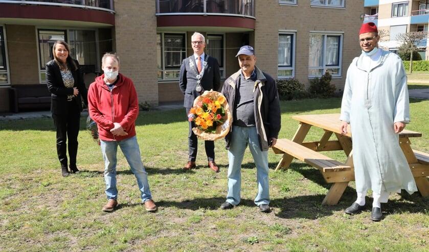 <p>Brahim Ait-El Haj onder meer samen met zijn buurman Tom Bakker en burgemeester Luc Winants.</p>