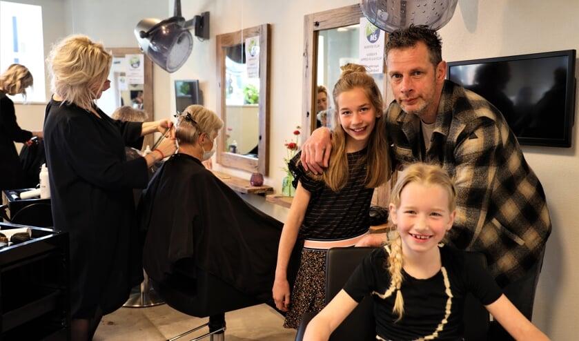 <p>Roel Smits en zijn dochters Diede en Jikke die al mooi geknipt zijn.</p>