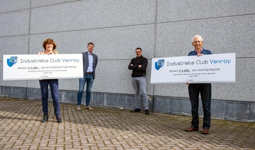 <p>Joke Halmans, Martijn Herder, Edwin Keijsters en Toon Theeuwen (v.l.n.r.) stralen tijdens de overhandiging van de cheques.</p>