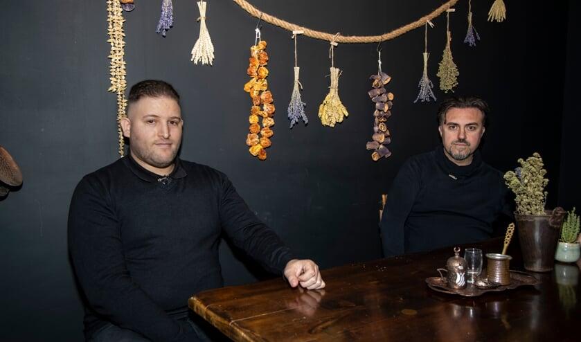 <p>Oussama Tajjiou (links) en Hakan Ortak zijn in die tien jaar ook bevriend geraakt.</p>