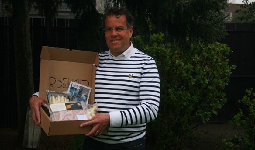 <p>Lions-president Rutger van Dooren met de &lsquo;aspergebox&rsquo; voor het goede doel.</p>