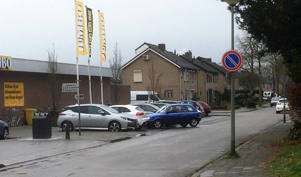 Borden bekrachtigen het parkeerverbod bij de Jumbo in Nieuw Bergen