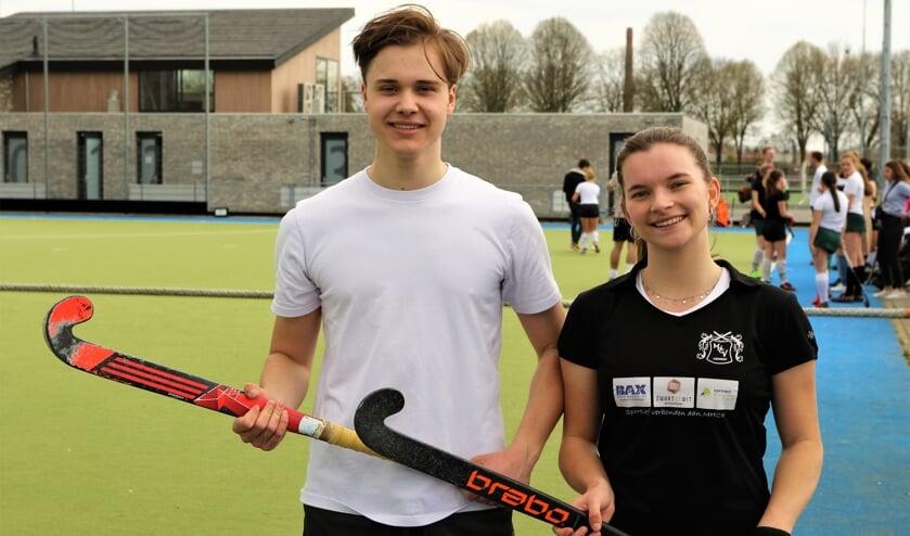 <p>Pepijn Wentink (links) en Pleun Vollenberg hebben hockeyen als uitlaatklep in coronatijden.</p>